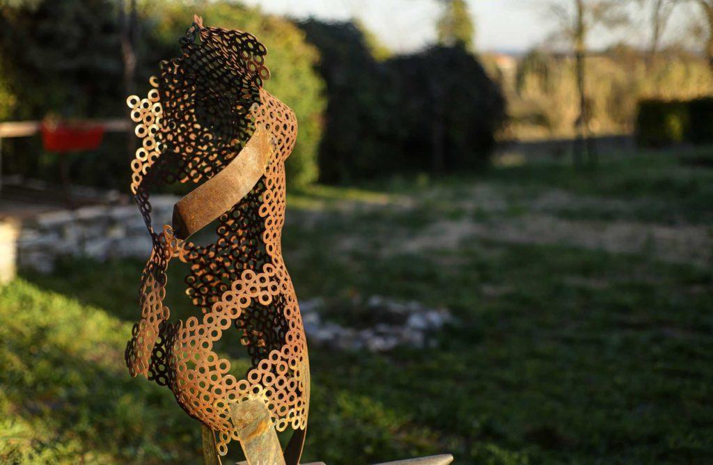 Verso de la sculpture féminine en ferronnerie d'art