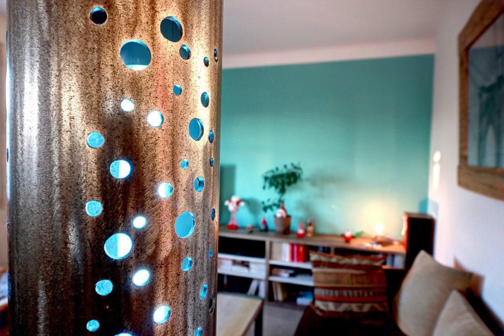 détails et finition d'une lampe de salon moderne en ferronnerie d'art - Lampes de salon