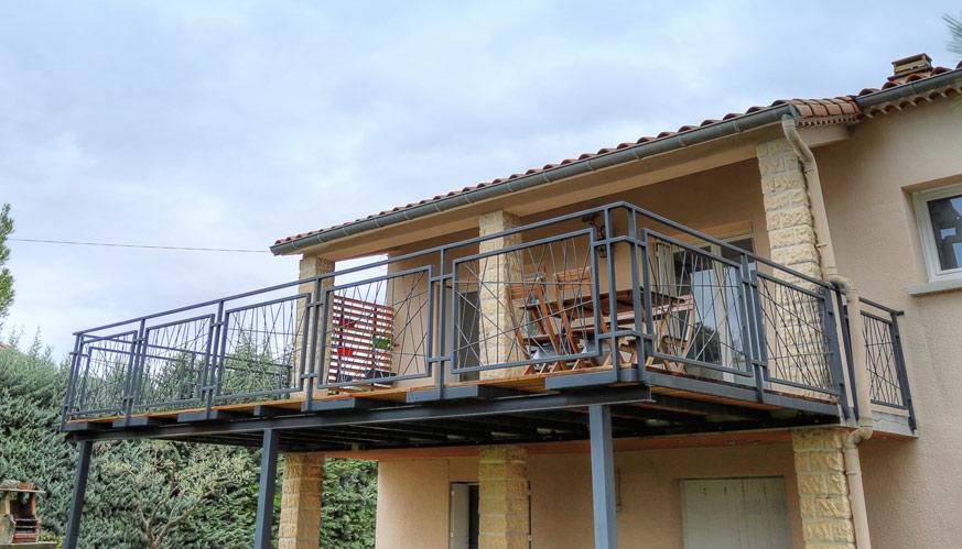 Extension de terrase élevée en bois et fer.